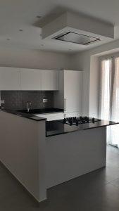 Cucina_Modulnova_bianca_senza_maniglia_top_quarzo_nero_open_space_Foto1