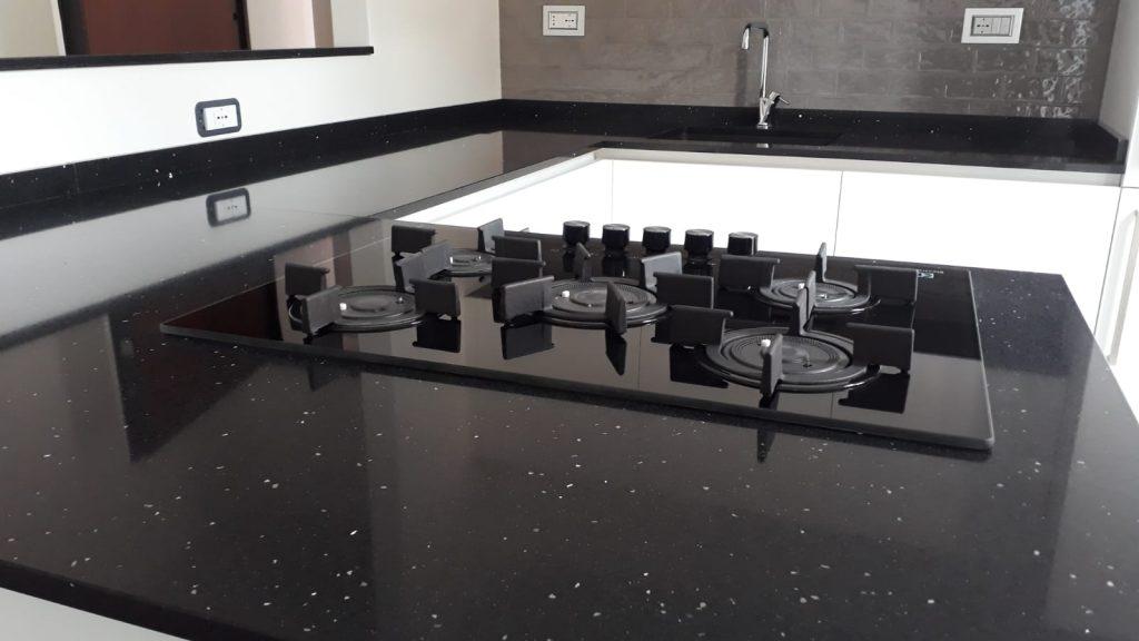 Quarzo Cucina Bianca Top Nero.Cucina Laccato Opaco Bianco A Vista Su Open Space