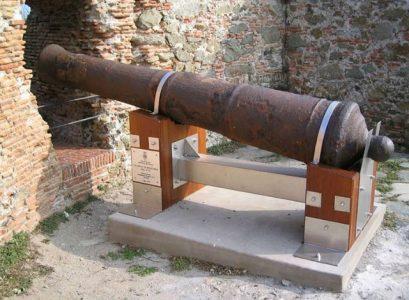 Cannone in batteria alla Fortezza del Priamar a Savona con il basamento realizzato da Arredamenti Boagno