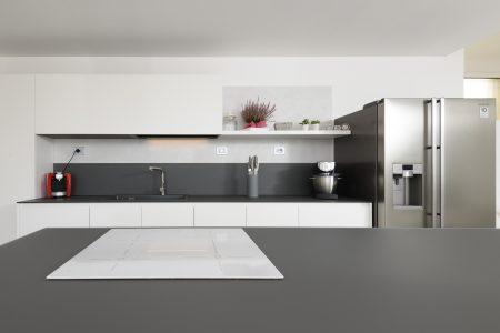 Cucina_Modulnova_bianca_senza_maniglia_top_vetro_no_scratch_grigio_con_schienale_Foto3