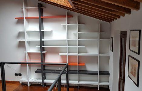 Foto_della_Libreria_TakeBook_De_Rosso_appena_montata_in_una_mansarda_di_Cengio