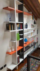 Foto_vestita_della_Libreria_TakeBook_De_Rosso_in_una_mansarda_di_Cengio